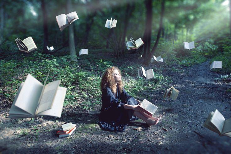 Mulher na floresta cercada por livros voadores