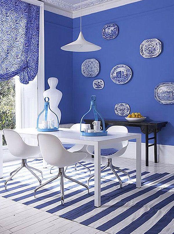 Sala azul e branca. Objetos e decora??o em cores frescas ...