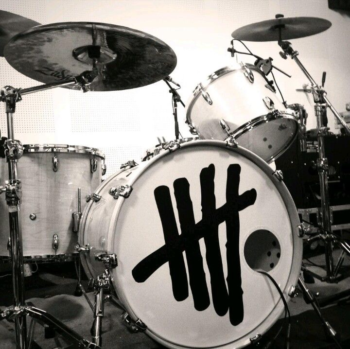 5 Seconds Of Summer such a pretty drum set!