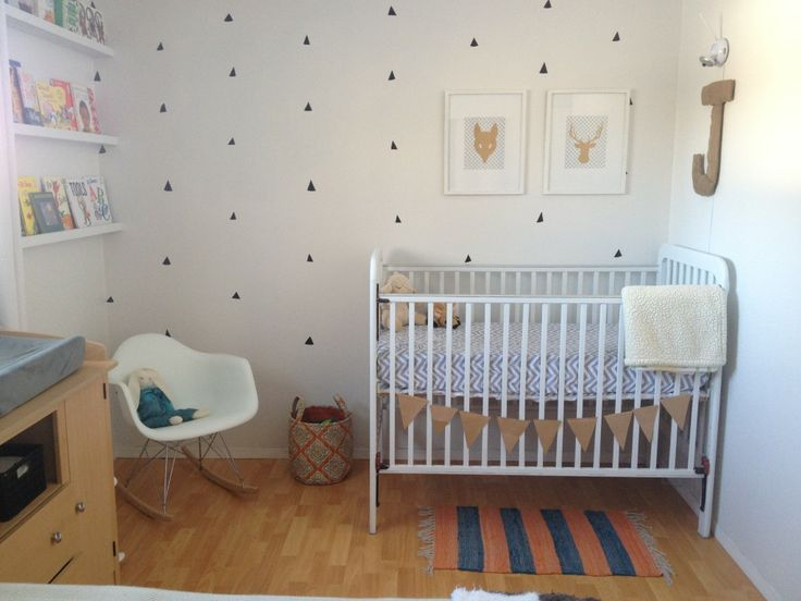 Love the simplicity of this modern woodland-themed nursery! #nursery #modern