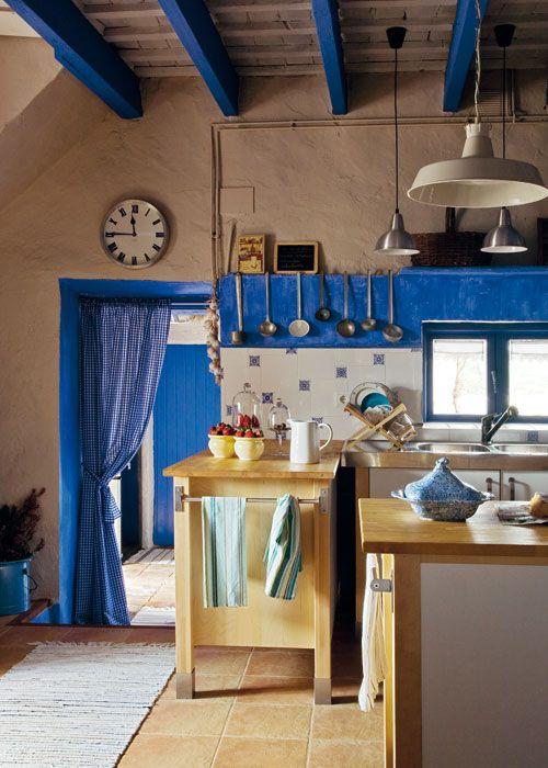Un golpe de efecto que resulta alegre y diferente. El azul añil lo hace todo en este cocina con muebles de Ikea.
