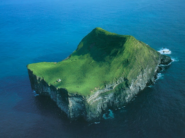 Iceland westman islands cliff of life pinterest for Iceland lonely house