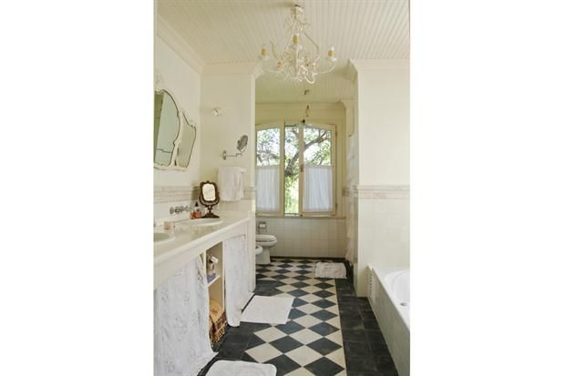 Pisos Para Baños Blaisten:Uno de los baños de la casa, con pisos en damero para darles una
