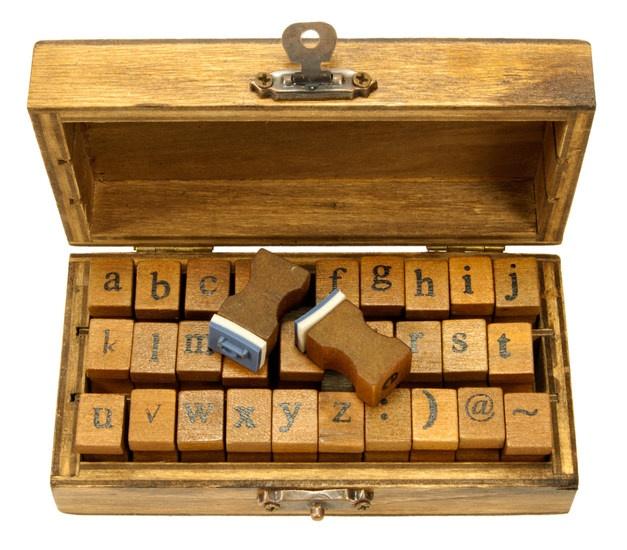 Stempelsetje met rubberen onderkast letters uitgevoerd in het typmachine lettertype.  - € 12,95