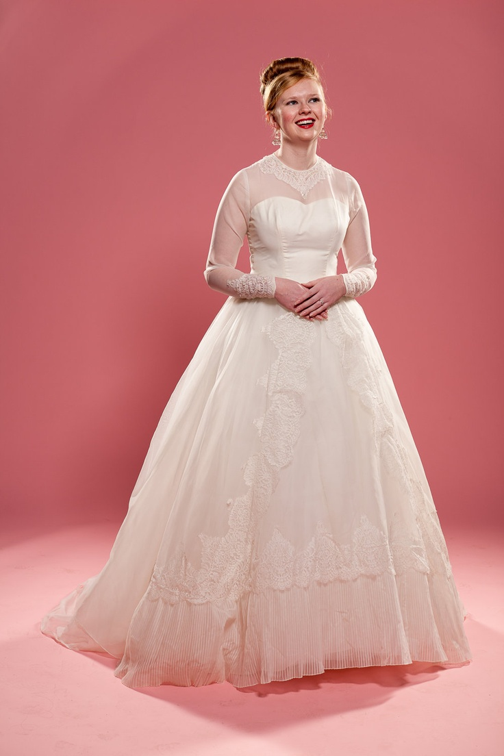 Vintage 1950s wedding dress white chantilly lace for White lace vintage wedding dress