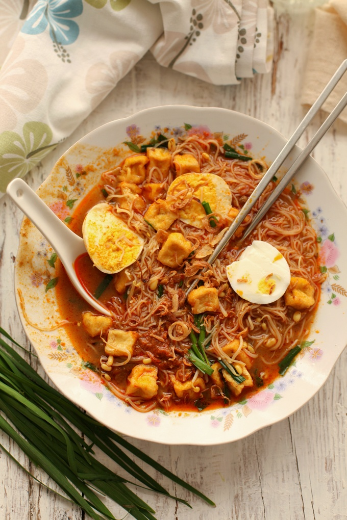 Mee siam / Singapore style rice vermicelli in spicy, sweet and sour ...