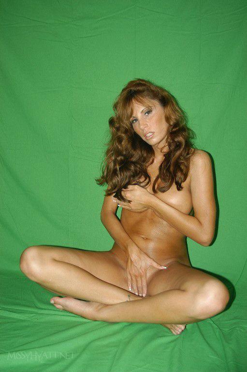 girls showing full naked bodies