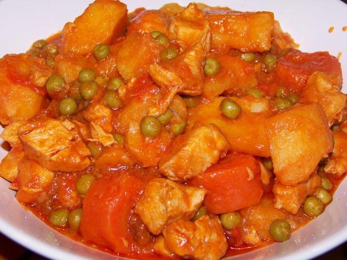 """Fricasé de pollo con papas, zanahorias y """"pitipuá"""""""