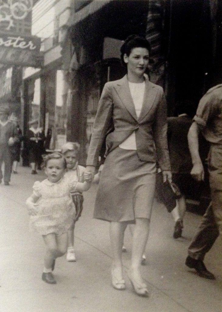 Une mère et sa jeune fille de Prince George lors d'une visite à Vancouver, Colombie-Britannique, en 1944. # Vintage # # 1940 # Canada street_photography