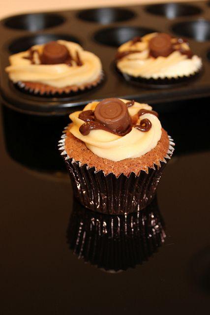 rolo cupcakes   Desserts   Pinterest