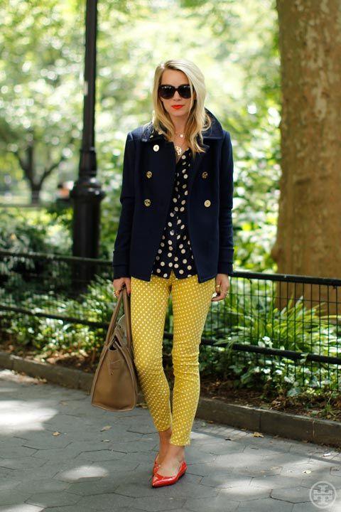 紺色コートとカラーパンツコーディネート
