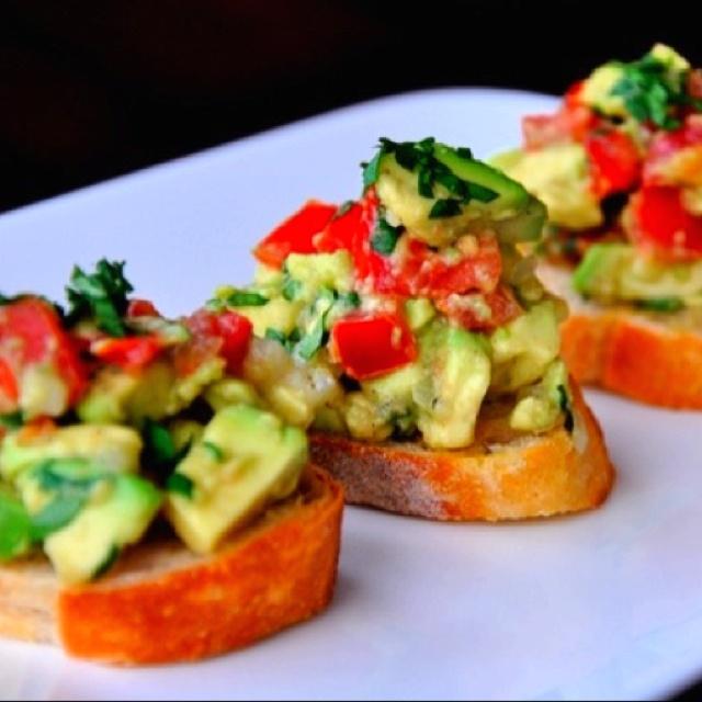 Guacamole bruschetta yummmmmaaaayyyy | pretty yummy! | Pinterest