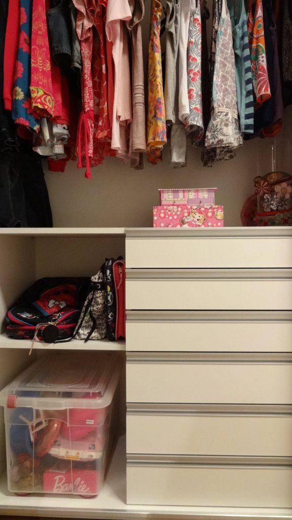 Um lugar para a mochila, gavetas para roupa intima, uniforme, pijamas e uma caixa transparente para organizar bolsinhas e necessaire. No cabide o que amassa, vestidinhos e camisas.