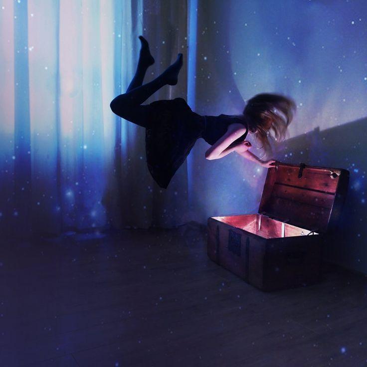 Menina flutuando sobre uma caixa luminosa