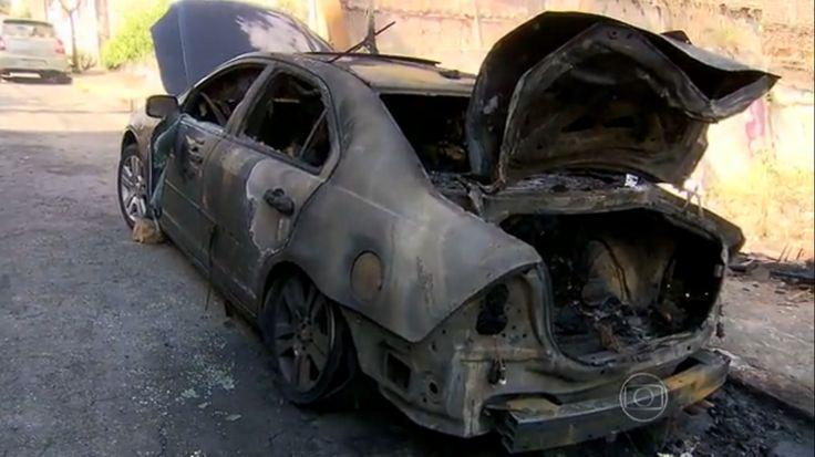 19/01/2015 - BH: incêndio em lote queima carros