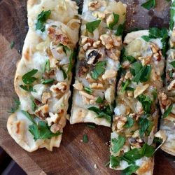 caramelized onions pizza with caramelized onions gorgonzola and pecans ...