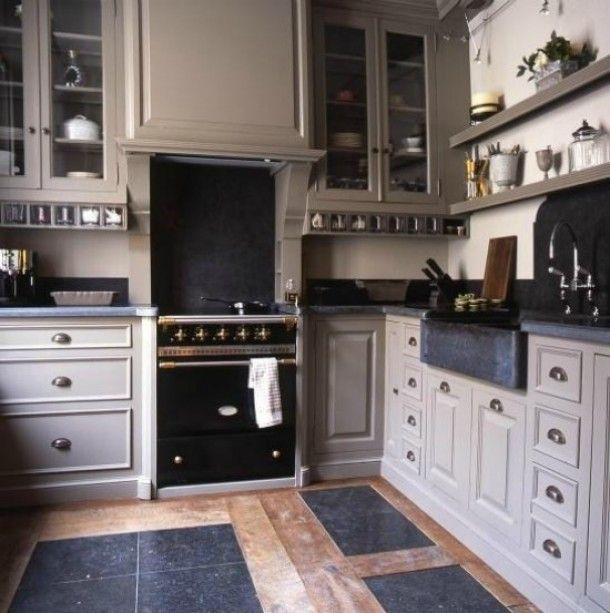 Landelijke Keuken Taupe : Taupe Kitchen Cabinets with Black Countertops
