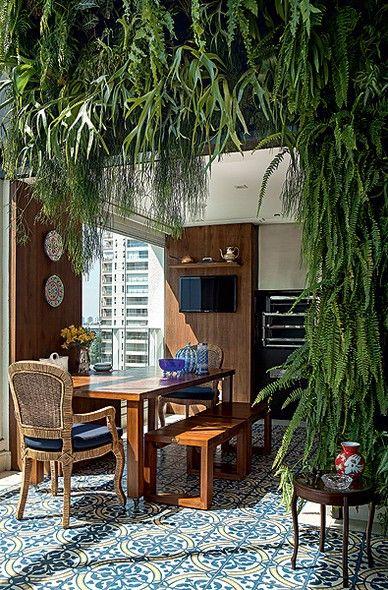 O jardim vertical rouba a atenção nesta varanda projetada pela arquiteta Selma de Sá Moreira. A vegetação se soma ao azul e à madeira, que dão ar de casa ao apartamento. O piso é de ladrilho hidráulico