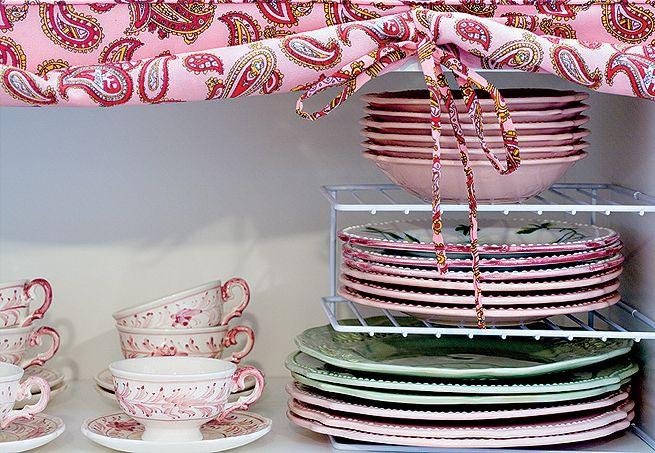 As prateleiras dividem os tipos de pratos, dispensando esforço para pegar qualquer um deles.