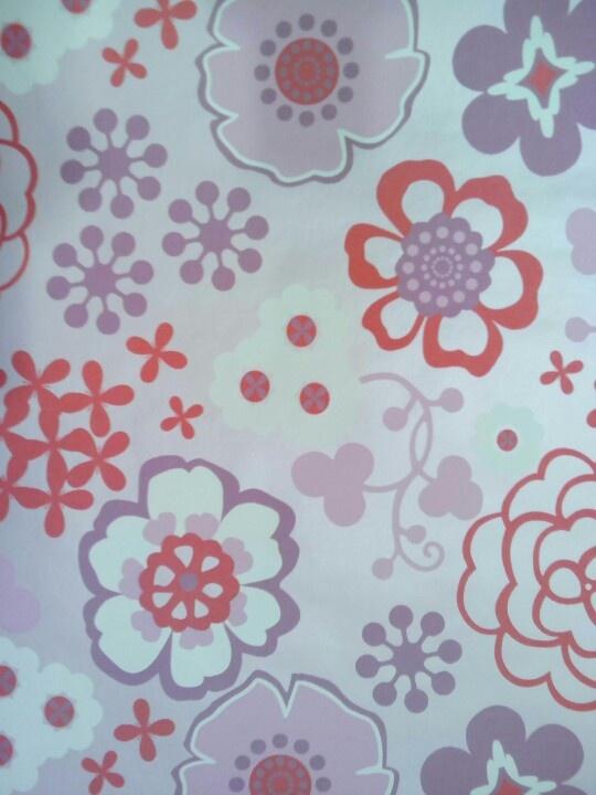 Behang, roze achtergrond met verschillende bloemen in verschillende ...