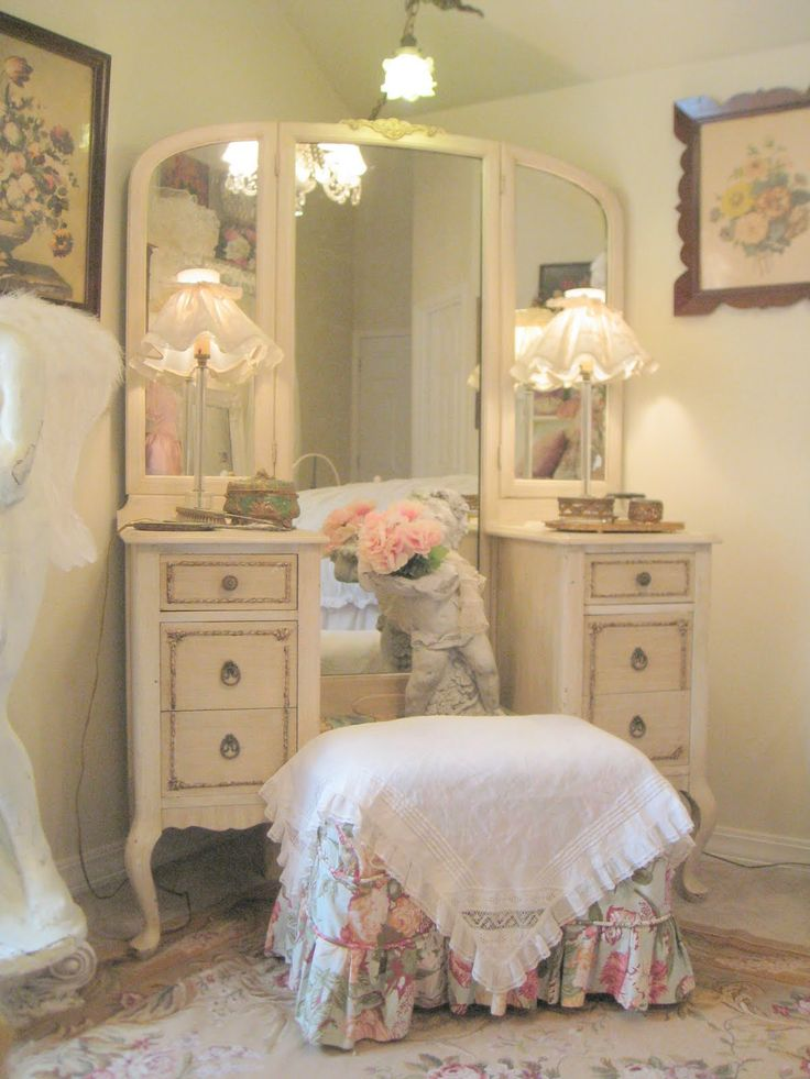 shabby vanity & stool - my great g'ma had one of these that was brown. I'm very sad cause I have no idea what happen to it after her death.