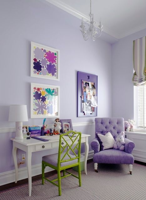 Lilac and white go so well together. I love how they added the green chair to make the coulours less overwhelming.
