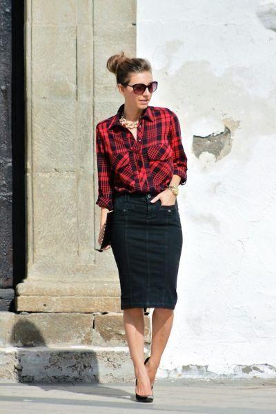 赤チェックシャツに黒のペンシルスカート