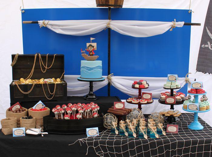 Una preciosa mesa de dulces para una fiesta pirata. Mira el detalle de la vela como fondo! / A lovely sweet table for a pirate party. Love the sail as backdrop!