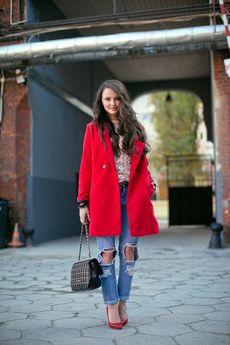 赤ロングコートとボーイフレンドデニム