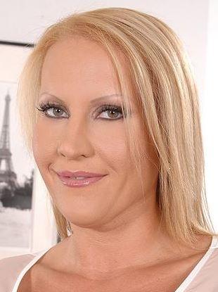European milf Abbie Cat seduces busty Laura Orsolya in office № 1368042 бесплатно