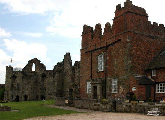 14 Picturesque English Castle Ruins
