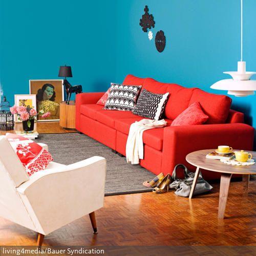 wohnzimmer rote wand:eine Farbexplosion im Wohnzimmer: Das rote Sofa vor der blauen Wand