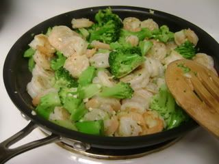 creamy shrimp broccoli pasta with pesto (via #spinpicks)