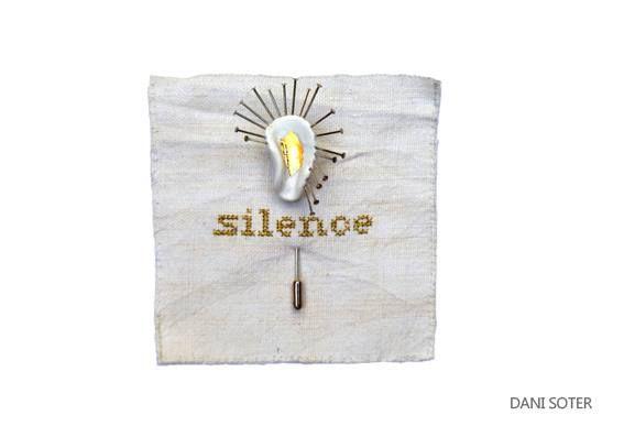 Dani Soter  - Broche Silence - Membre de l'association D'un bijou à l'autre.  Son travail sera exposé le 06/07 solo à Porto, Quase Galeria. Dessins, assemblages et objets. -  -X