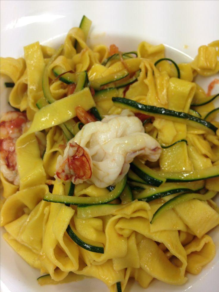 Tagliatelle gamberi, zucchine e filetto di pomodoro