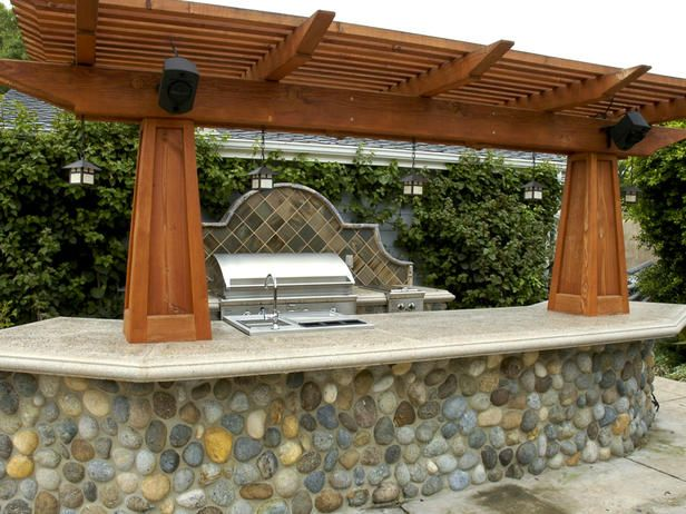Rustic wood pergola over outdoor kitchen for Outdoor kitchen pergola ideas