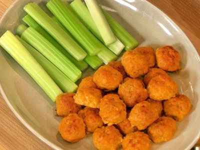Mini Spicy Buffalo Chicken Balls with Blue Cheese and Hot Sauce | Rec ...
