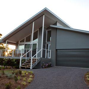 Skillion roof split level weatherboard skillion roofs for Skillion roof house plans