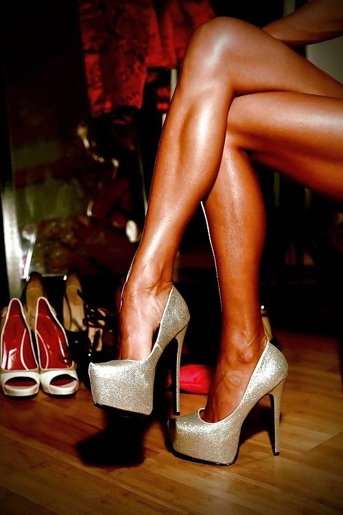 ona-postavila-svoi-nogi-mne-na-litso