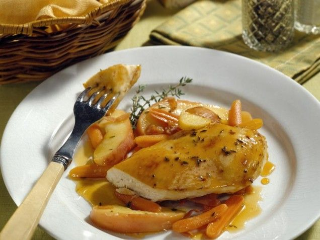 Chicken with apples and onions is quick and tasty.