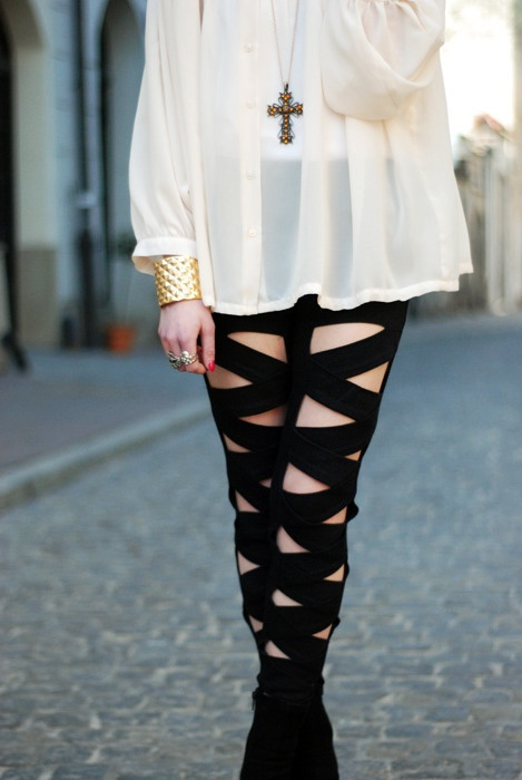 cut-out leggings, wonderful with floaty top and large dark pendant