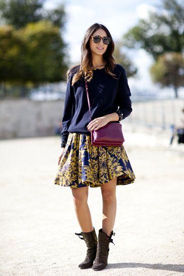 Street Style: los primeros looks de primavera. Get the look: falda con estampado de flores, jersey de punto y botines.
