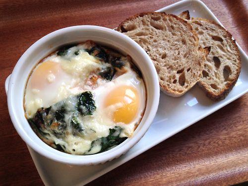KALE & MOZZARELLA BAKED EGGS | breakfast | Pinterest