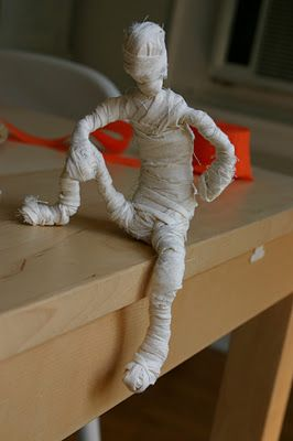 Mummy by funart4kids: These simple, bendable structures took only 2 - 40 minutes to create. Use them for a Human Form and Proportion Unit, or as a fun craft for Halloween! #DIY #Kids #Mummy #Human_Form #funart4kids