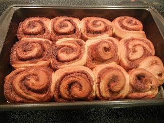 Rose Gold Buttercream: Sweet Sunday - Chai Spiced Cinnamon Rolls