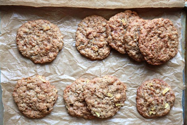 Apple Cinnamon Oatmeal Cookies. perfect for fall apple picking season.