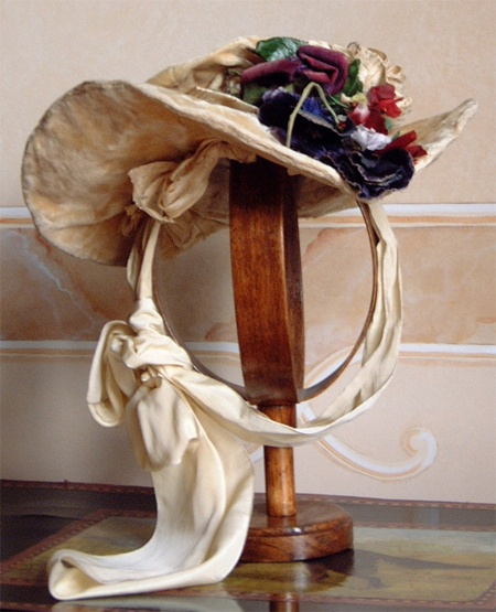 24-10-11  Hat in velvet with ivory silk ribbon and fabric flowers. 1900