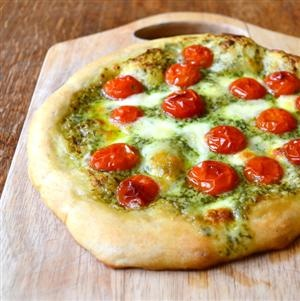 Pesto, Tomato and Mozzarella Pizza | Culinary | Pinterest