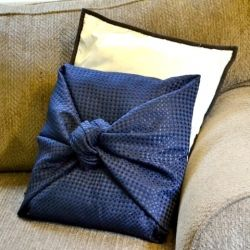 Easy as pie throw pillow where all you do is tie fabric into a knot!