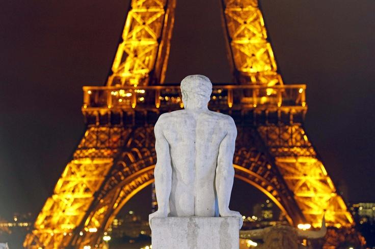 La escultura titulada ''L'Homme'', del artista Pierre Traverse, en exhibición frente a la torre Eiffel. REUTERS